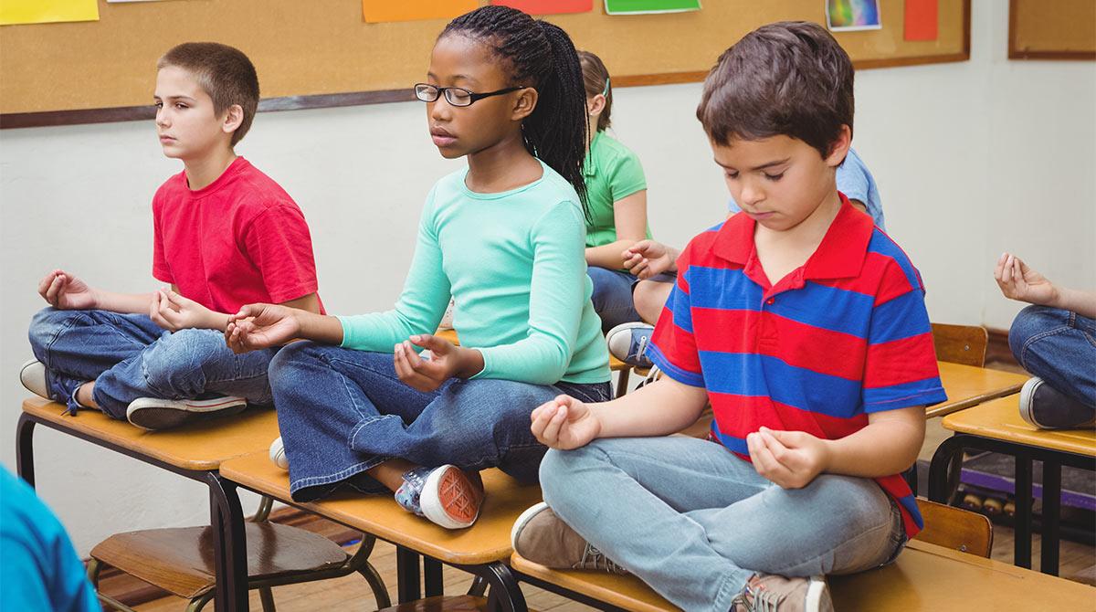 © AdobeStock. La pratique du yoga à l'école.